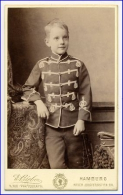 Kind in Uniformjacke (Foto Bieber, Hamburg), um 1900