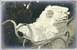 Kind im Kinderwagen, gel. USA 1906