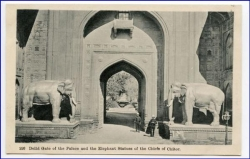 Delhi, Palace Gate and Elephant Statues of Chiefs of Chitor, um 1910